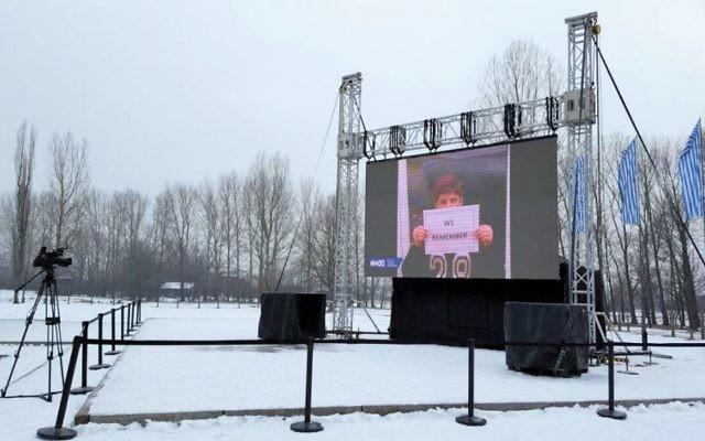 """Des images de la campagne """"We Remember"""" du Congrès juif mondial projetées au camp d'extermination d'Auschwitz-Birkenau, le 24 janvier 2017. (Crédit : autorisation)"""
