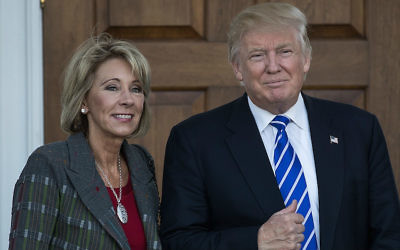 Betsy DeVos et le président élu Donald Trump devant le Trump International Golf Club à Bedminster Township, dans le New Jersey, le 19 novembre 2016. (Crédit : Drew Angerer/Getty Images via JTA)