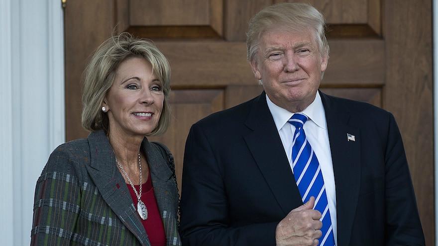 Betsy DeVos et le président élu Donald Trump devant le Trump International Golf Club à Bedminster Township, dans le New Jersey, le 19 novembre 2016. (Crédit : Drew Angerer/Getty Images via JTA)
