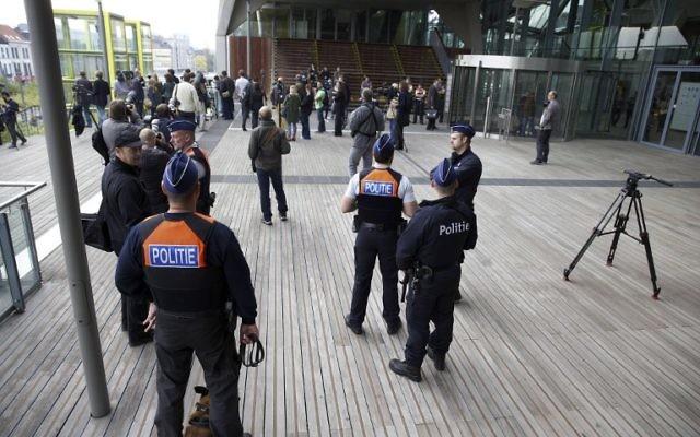 journalistes et policiers devant le tribunal d'Anvers au premier jour du procès de 46 membres du groupe islamique radical Sharia4Belgium, considéré comme l'un des principaux pourvoyeurs de terroristes en Syrie. Illustration. (Crédit : Nicolas Maeterlinck/AFP)