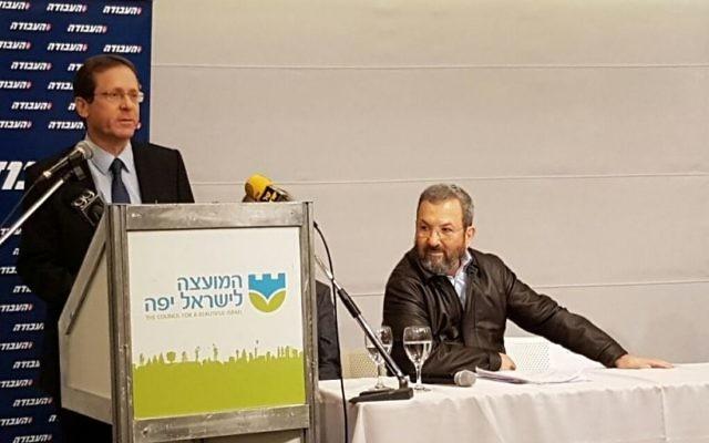 Isaac Herzog appelle Ehud Barak, à droite, à rejoindre le Parti travailliste, à Tel Aviv, le 29 janvier 2017. (Crédit : autorisation)