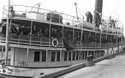 Arrivée d'immigrants à Ellis Island à bord du Machigonne, à New York, le 21 août 1923. (Crédit : Underwood Archives/Getty Images)