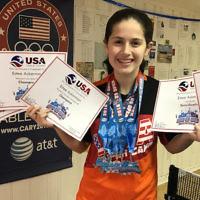 Estee Ackerman présentant les certificats qui attestent des cinq médailles qu'elle a remporté lors de l'US Open de tennis de table, ce mois-ci (Autorisation : Estee Ackerman/via JTA)