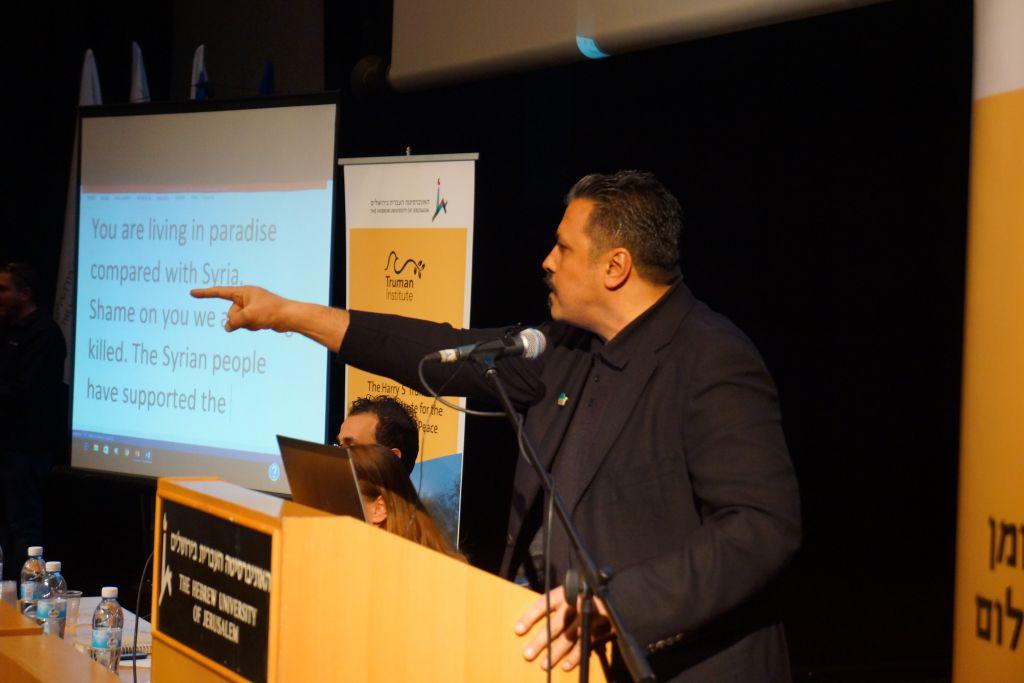 """Issam Zeitoun, intermédiaire entre l'Armée syrienne libre et de nombreux acteurs internationaux, dont Israël, a réagi furieusement aux manifestations palestiniennes le 17 janvier 2017. Il a déclaré: """"vous vivez au paradi, comparé à la Syrie"""". (Crédit: Reuvan Ramaz, Truman Institute)."""