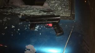 """Une arme semi-automatique de type """"Carlo"""" retrouvée dans une voiture après une attaque à main armée près du village d'Aboud, en Cisjordanie, le 25 janvier 2017. (Crédit : unité des porte-paroles de l'armée israélienne)"""