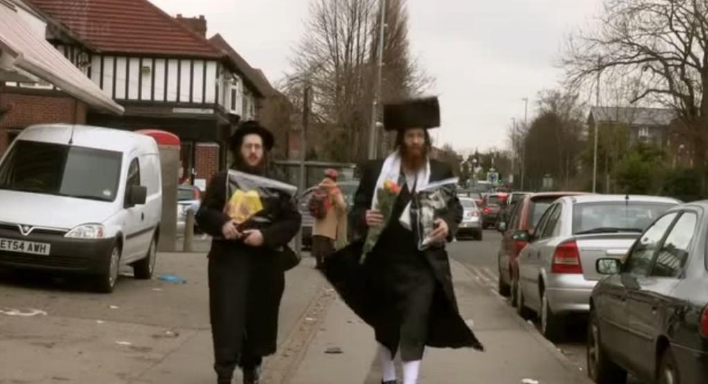 Illustration : des hommes ultra-orthodoxes dans les rues de Manchester (Crédit : Capture d'écran YouTube)
