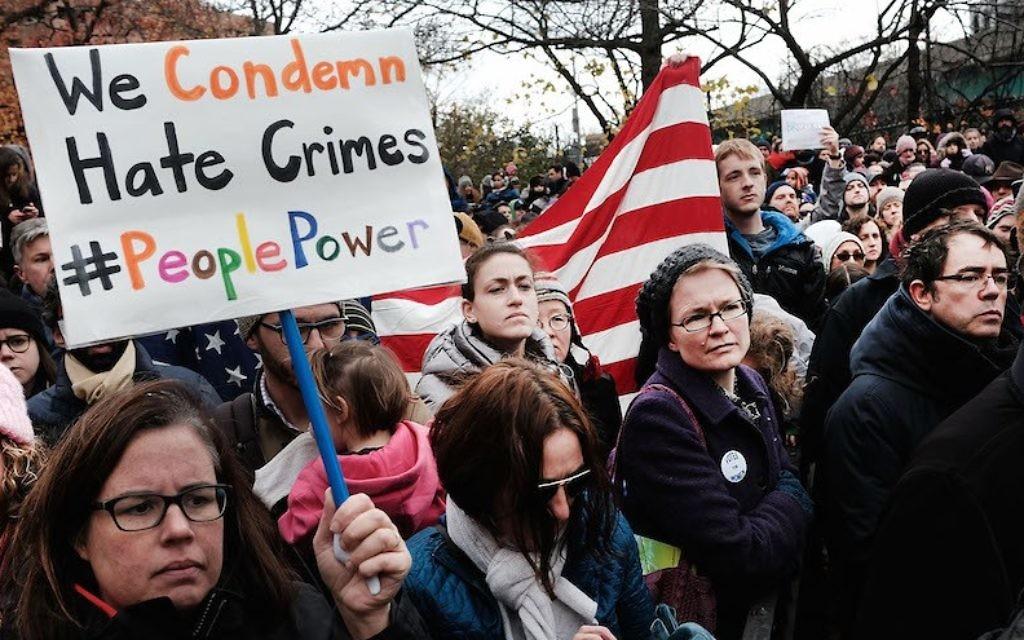 Manifestation anti-racisme au Brooklyn Park, nommé d'après le défunt membre des Beastie boys, Adam Yauch, après qu'il se foit défiguré avec des croix gammées, le 20 novembre 2016. (Crédit : Spencer Platt/Getty Images)