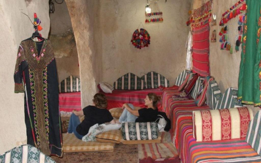 """A l""""intérieur du Palais Horiya de Lakiya, où des femmes locales présentent leurs artisanats et préparent des mets locaux pour les visiteurs (Crédit : Shmuel Bar-Am)"""