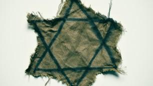 Une étoile de David déchirée que les juifs devaient porter en Europe pendant la Seconde Guerre mondiale. Illustration. (Crédit : Getty images)