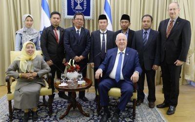 Le président Reuven Rivlin avec une délégation de dirigeants musulmans indonésiens, le 13 janvier 2017. (Crédit : Mark Neiman/GPO)