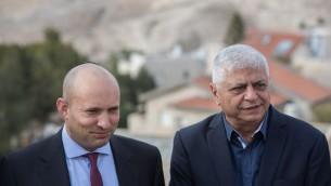 Naftali Bennett, président du parti Habayit Hayehudi, et Benny Kasriel, maire de Maale Adumim, à Jérusalem, le 2 janvier 2017. (Crédit : Yonathan Sindel/Flash90)