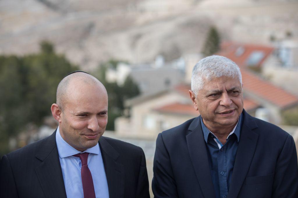 Le chef du parti Habayit Hayehudi Naftali Bennett et le maire de Maale Adumim Benny Kasriel le 2 janvier 2017, à Jérusalem. (Crédit : Yonathan Sindel/Flash 90)