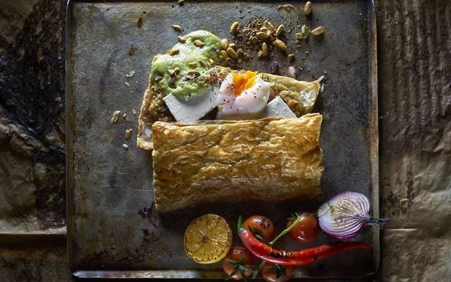 Des Bourekas inspiré de la cuisine syrienne chez Onza à Tel Aviv (Crédit : Autorisation Kitchen Without Borders)