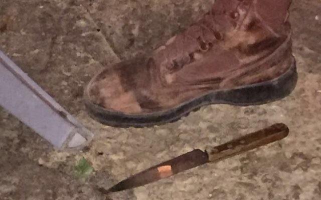 Le couteau qui aurait été utilisé par un Palestinien pour tenter de poignarder des soldats israéliens, pendant une opération d'arrestation en Cisjordanie, près de Naplouse, le 10 janvier 2017. (Crédit : unité des porte-paroles de l'armée israélienne)