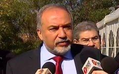 Le ministre de la Défense Avigdor Liberman, après le verdict de culpabilité rendu par le tribunal militaire de Tel Aviv contre Elor Azaria, le 4 janvier 2017. (Crédit : capture d'écran Deuxième chaîne)
