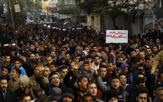 Manifestation dans la bande de Gaza contre la pénurie d'électricité, le 12 janvier 2017. (Crédit : Mohammed Abed/AFP)