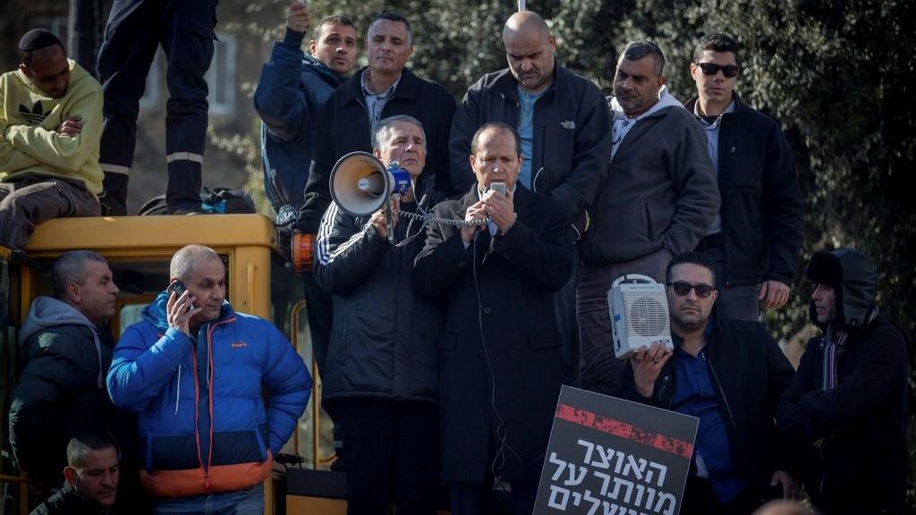 Les employés de la mairie de Jérusalem avec le maire Nir Barkat au centre protestent devant le ministère des Finances à Jérusalem, le 29 janvier 2017 contre le retard de paiement du budget annuel. (Crédit : Yonathan Sindel)