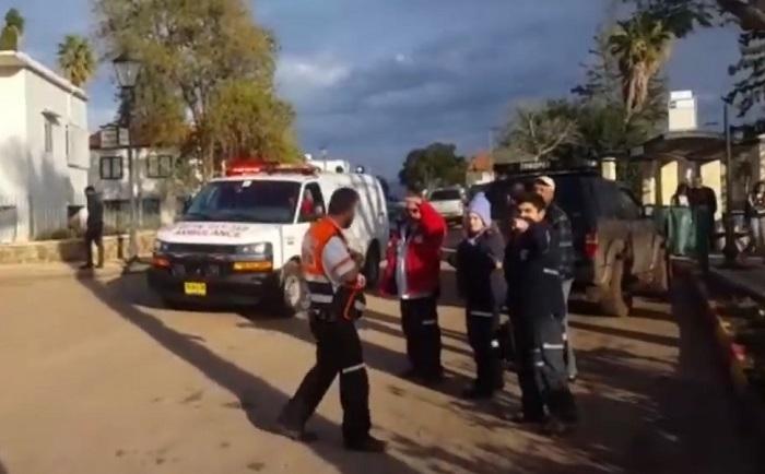 La police sur les lieux du meurtre d'une femme et de trois enfants, à Migdal, dans le nord d'Israël, le 28 janvier 2017. (Crédit : capture d'écran)