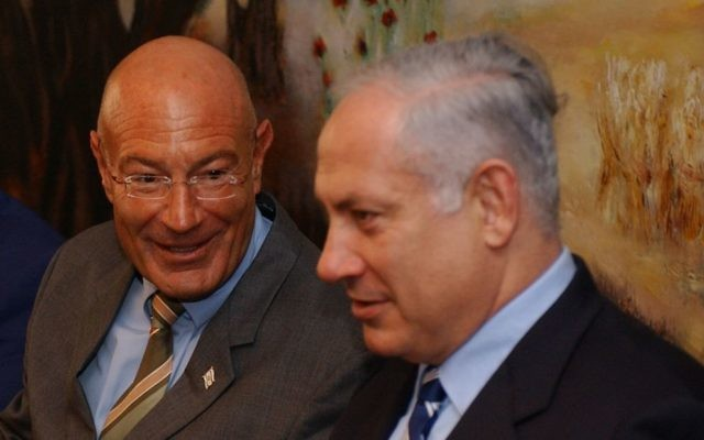 Benjamin Netanyahu (à droite) et le producteur Arnon Milchan lors d'une conférence de presse, le 28 mars 2005. (Crédit : Flash90)