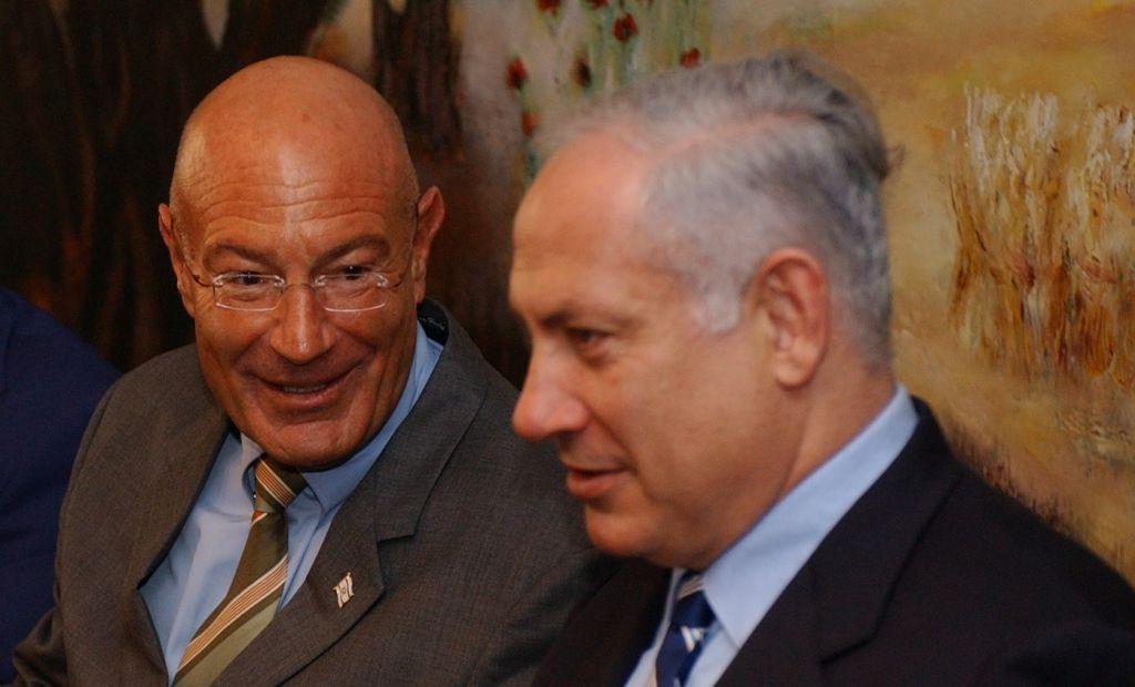 Benjamin Netanyahu et le producteur Arnon Milchan lors d'une conférence de presse, le 28 mars 2005. (Crédit : Flash90)