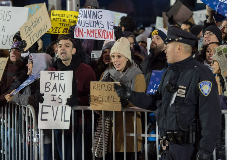 Des manifestants protestent contre le décret anti-immigration de Trump devant l'aéroport international JFK, à New York, le 28 janvier 2017. (Crédit : Bryan R. Smith/AFP)