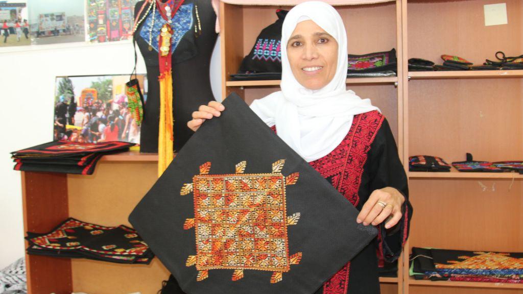 Naama Elsaana dans sa boutique de Lakiya. Elsaana a aidé à fonder la première organisation de femmes dans le Negev, l'Association pour l'Amélioration du Statut des femmes, à Lakiya. (Crédit : Shmuel Bar-Am)