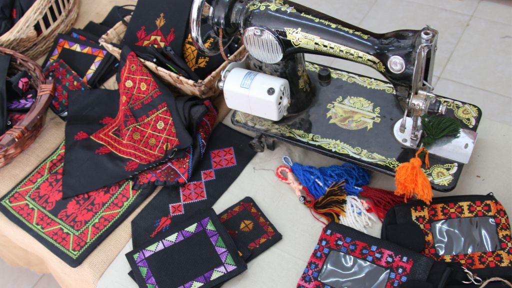 L'atelier de Naama Elsaana dans sa boutique de Lakiya. (Crédit : Shmuel Bar-Am)
