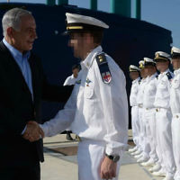 Le Premier ministre Benjamin Netanyahu avec des membres de la Marine israélienne pendant la cérémonie d'accueil du sous-marin INS Tanin au port de Haïfa, le 23 septembre 2014. (Crédit : Kobi Gideon/GPO)