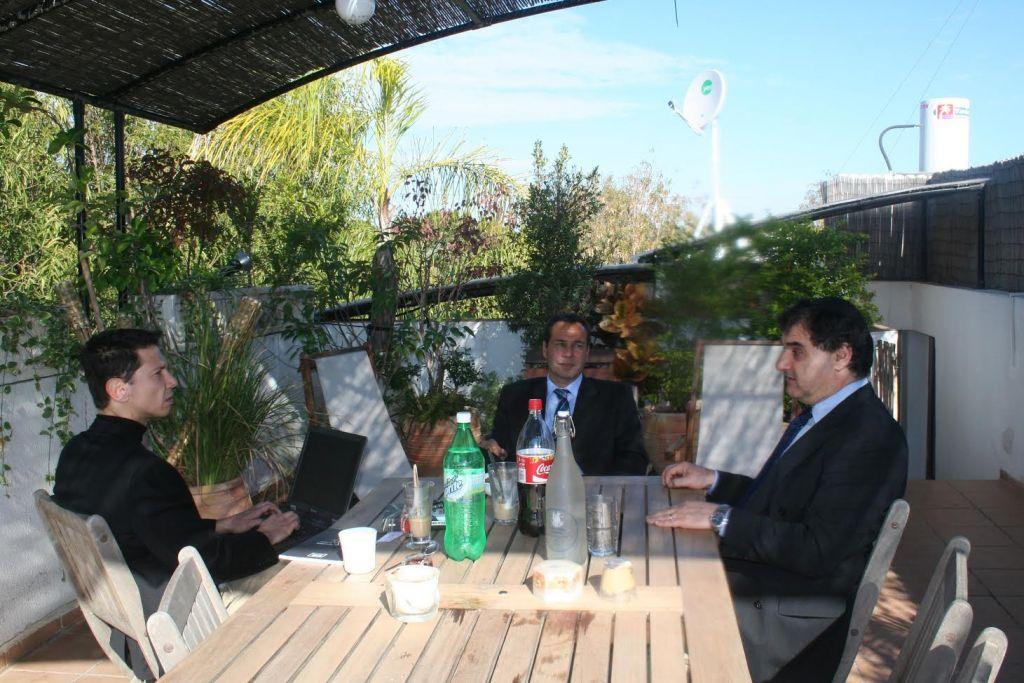 Ronen Bergman, à gauche, Alberto Nisman, au centre, et Gustavo Perednik, un ami de Nisman qui avait écrit un livre en 1994 sur l'attentat à la bombe de l'AMIA, photographiés au domicile de Bergman, en Israël. (Crédit : Ronen Bergman)
