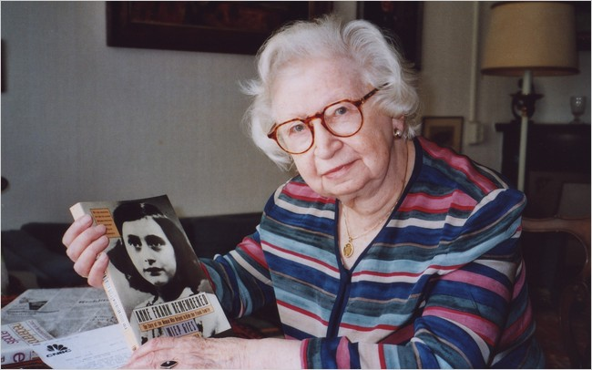 Miep Gies montre une copie de son livre 'Anne Frank Remembered' dans son appartement d'Amsterdam en 1998. (Autorisation : Steve North)
