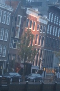 L'immeuble de bureaux à Amsterdam (au centre) où se sont cachés Anne Frank et sa famille pendant deux ans, en novembre 2014 (Crédit : Matt Lebovic/The Times of Israel)