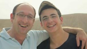 Ofir Shaar (à gauche) avec son fils Gil-ad Shaar, kidnappé et tué par des terroristes palestiniens en juin 2014. (Autorisation)