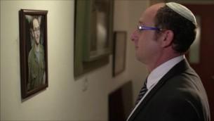 Ofir Shaar dans le court-métrage 'Where To?' réalisé avec le groupe de thérapie de Maaleh. (Crédit : Ma'aleh)