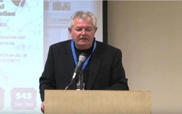 Gabriel Piterberg, professuer à UCLA, lors d'une conférence à l'American Muslims for Palestine Southern California's Conference for Palestine, à  Irvine, en Californie, le 7 décembre 2013. (Crédit : capture d'écran YouTube)