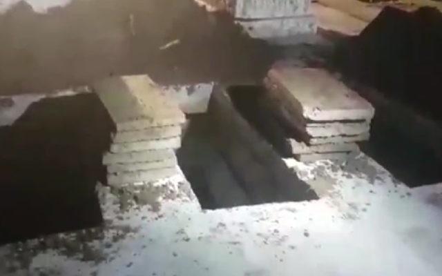 Les tombes creusées pour les quatre fillettes qui auraient été tuées par leur mère, qui s'est ensuite suicidée, le 1er janvier 2017. Elles ont été enterrées à Jérusalem le 2 janvier 2017. (Crédit : capture d'écran Ynet)