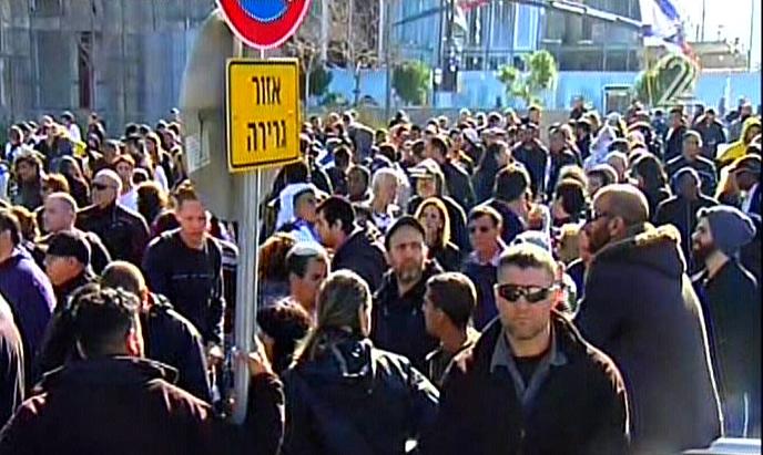 Des militants manifestent devant la Kirya en soutien à Elor Azaria pendant la lecture de son verdict, à Tel Aviv, le 4 janvier 2017. (Crédit : capture d'écran Deuxième chaîne)