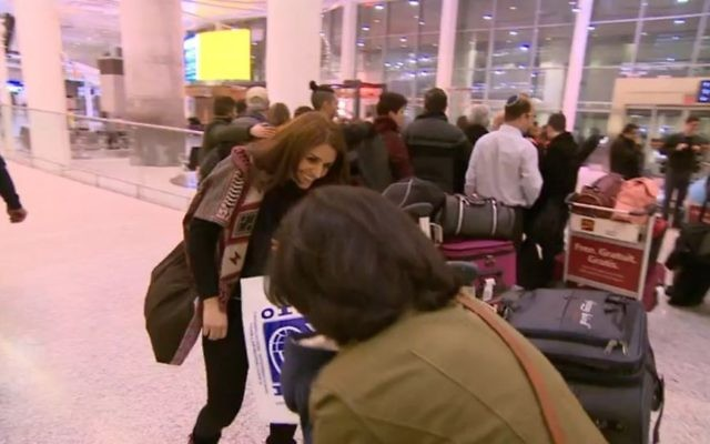 Rasha Elendari retrouve sa famille dans un aéroport du Canada après leur venue organisée par une mosquée et une synagogue de Toronto, pendant l'hiver 2016 - 2017. (Crédit : capture d'écran CBC)