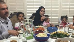 Une famille de réfugiés syriens arrivée à Phoenix dans l'Arizona, vivent leur premier repas de Thanksgiving au domicile du rabbin Shmuly Yanklowitz, le 26 novembre 2015. (Crédit: autorisation)