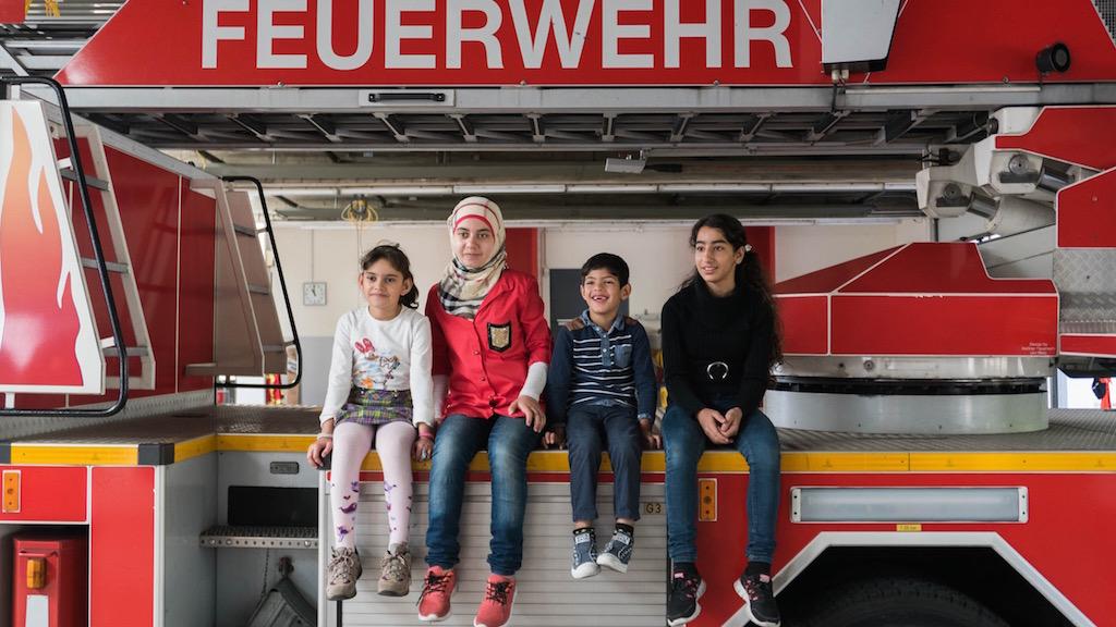 De jeunes réfugiés visitent une caserne de pompiers à Berlin, en septembre 2015 (Crédit : Judith Kessler)