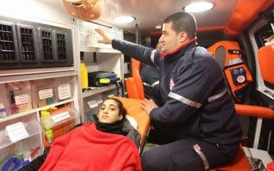 Reva Mansour, une Israélienne de 18 ans blessée dans l'attentat du Nouvel an à Istanbul, est transférée à l'hôpital Meir de Kfar Saba, en Israël, le 1er janvier 2017. (Crédit : Magen David Adom)