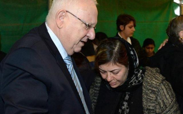 Reuven Rivlin lors d'une visite de condoléances à la famille de Lian Zaher Nasser, une Israélienne tuée lors d'une attaque terroriste pendant le Nouvel An à Istanbul, le 5 janvier 2016 (Crédit : Mark Neyman / GPO)