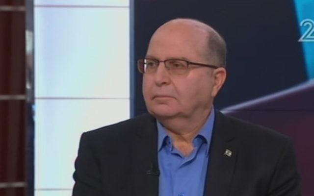 Moshe Yaalon, ancien ministre de la Défense, sur la Deuxième chaîne, le 7 janvier 2017. (Crédit : Deuxième chaîne)