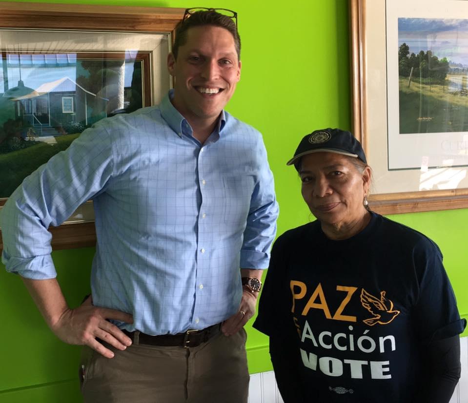 Le rabbin Shmuly Yanklowitz avec Petra Falcon de l'organisation Promise Arizona, qui œuvre pour le pouvoir politique des immigrants en janvier 2017. (Crédit : Facebook)