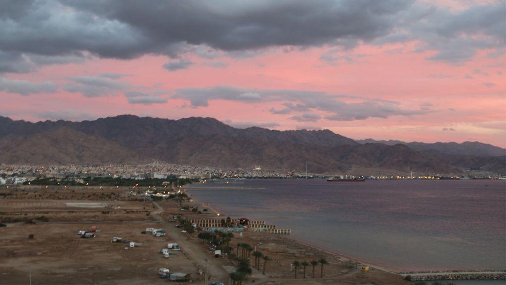 Le crépuscule sur Eilat, vers la frontière jordanienne (Crédit : Shmuel Bar-Am)