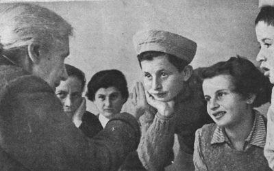 La fondatrice de Hadassah  Henrietta Szold rencontre les enfants de Téhéran en Israël en 1943 (Crédit : Agence juive via JTA)
