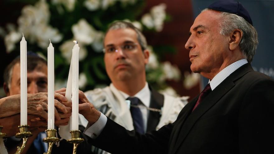 Le président brésilien Michel Temer lors d'une cérémonie commémorative à l'occasion de la Journée internationale de commémoration de l'Holocauste, à la synagogue Congregacao Israelita Paulista den Sao Paulo, le 27 janvier 2017. (Crédit: Beto Barata/PR via JTA)
