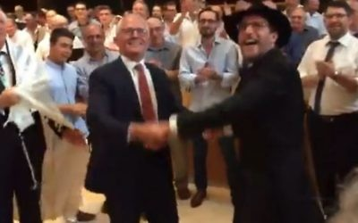 Le Premier ministre australien  Malcolm Turnbull  danse au sein de la Synagogue Centrale de Sydney aux côtés du Rabbin i Levi Wolff, le 30 décembre 2016 (Capture d'écran: YouTube)