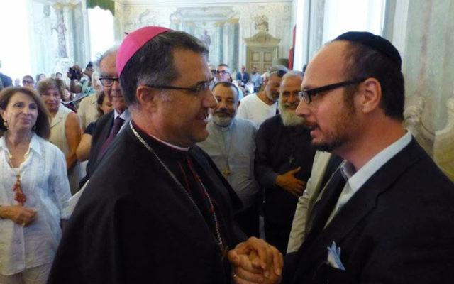 L'archevêque de Palerme, à gauche, en compagnie de l'émissaire de Shavei Israel en Sicile, le Rabbin  Pinhas Punturello. (Autorisation Shavei Israel)