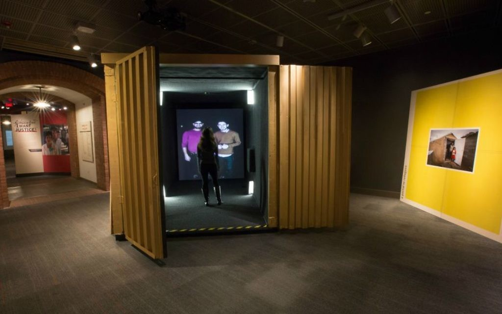 Une nouvelle exposition au Muse du mémorial de l'Holocauste de Washington permet aux visiteurs de discuter via un chat vidéo avec des réfugiés. (Autorisation du Musée du mémorial de l'Holocauste américain/via JTA)