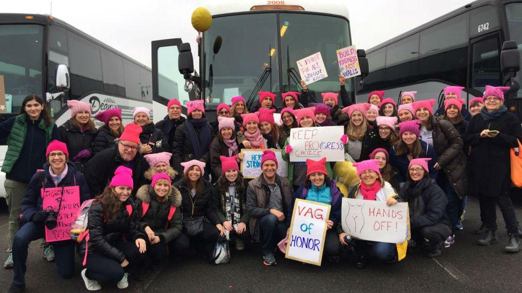 Des manifestantes de l'Upper West Side à New-York arrivent à la marche des femmes anti-Trump à Washington, le 21 janvier 2017 (Crédit : Jeffrey Singerman)